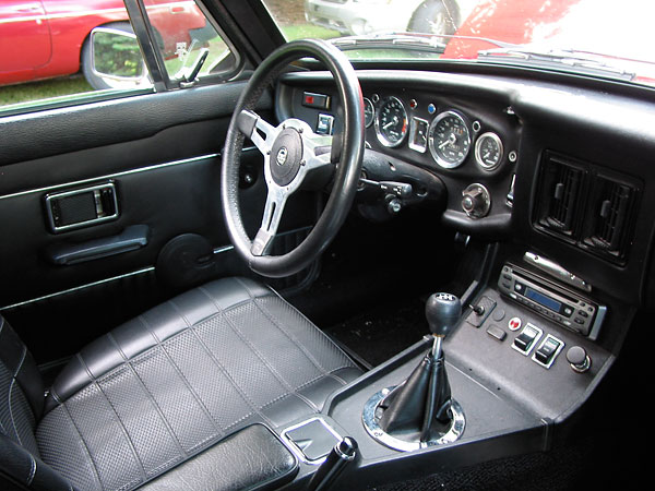 Mike Maloneys 1974 MGBGT with 39L Rover V8