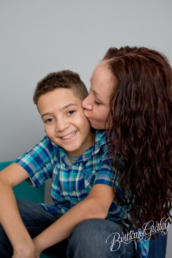 Cleveland Child Photographer | Inspiration | Kiss | 10 Years Old and Mom | Seamless Paper | Child Photography