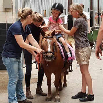 Ze mocht ook op een echt paard