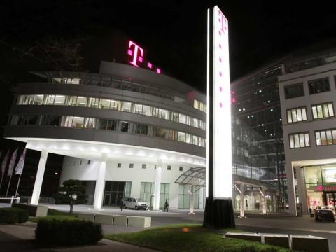 Telekom-Zentrale-bei-Nacht
