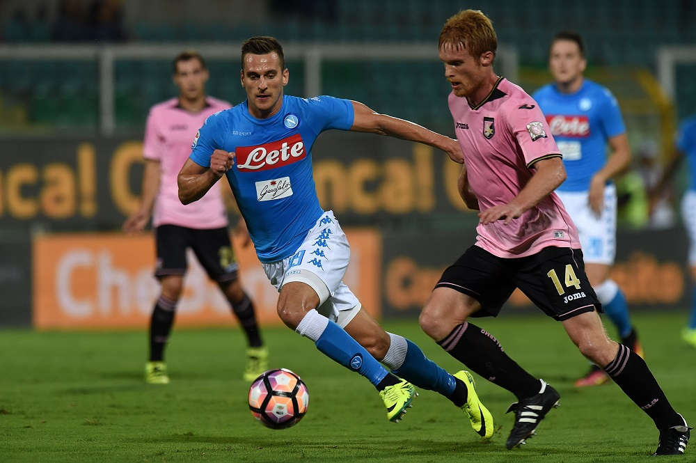 PALERMO, ITALY - SEPTEMBER 10:  Arkadiusz Milik (L) of Napoli and Alessandro Gazzi of Palermo compete for the ball during the Serie a match between US Citta di Palermo and SSC Napoli at Stadio Renzo Barbera on September 10, 2016 in Palermo, Italy.  (Photo by Tullio M. Puglia/Getty Images)