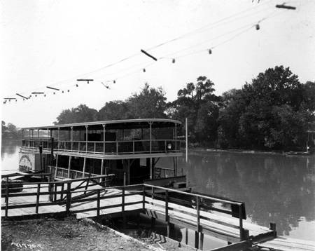 Broad_Ripple_Park_view_of_paddle_wheeler_Sunbeam_1920_Bass_