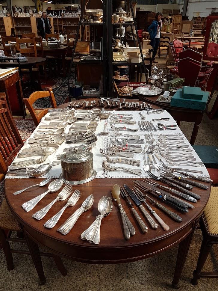 Brocante Saint Michel Plozevet vaisselle argent table fauteuil