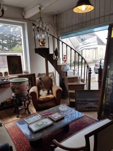 Brocante Saint Michel Plozevet escalier vase table luminaire