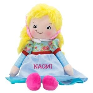Trasdockan Joanna, har blont hår, blå klänning och rosa skor,med namn broderat på klänningen