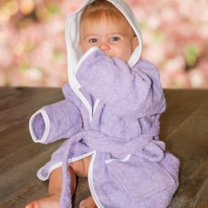 Badrock baby med personlig brodyr - En härlig frottérock med huva för de allra yngsta. Brodera namn eller egen text - Du väljer och gör Din present unik!