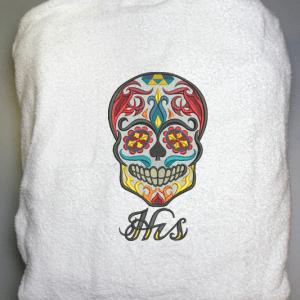 Badrock med döeskalle broderad på ryggen och namn fram.