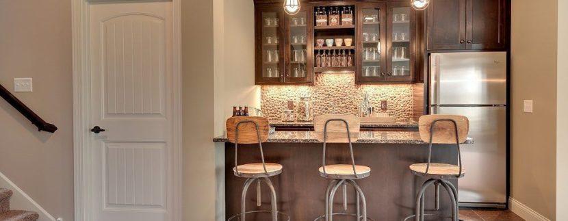 L'angolo bar moderno con bancone in marmo è infine la soluzione raffinata per un living contemporaneo dove la cucina si fonde col soggiorno. Idee Per Creare Un Angolo Bar In Casa Brokey