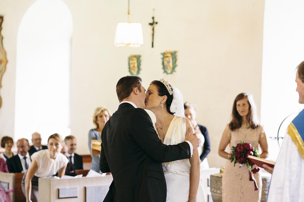 bröllop trollhättan hjärtums kyrka vigsel kyss