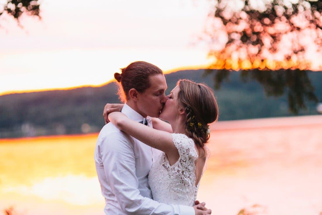 bröllopsporträtt i solnedgång