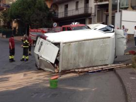BRONTE: INCIDENTE IN VIA MESSINA, SI RIBALTA UN FURGONE – LE FOTO