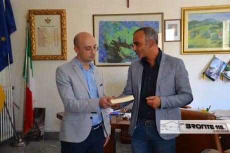2016watermarked-il-sindaco-regala-a-valerio-venti-un-libro-su-bronte