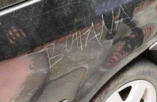 """MANIACE: SFREGIA L'AUTO CON """"DEDICA"""" ALLA RIVALE IN AMORE – LA FOTO"""