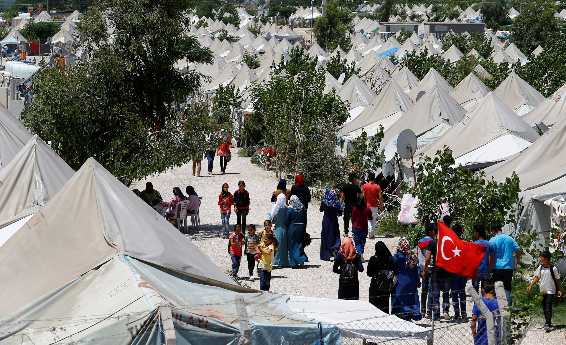 Syrian refugees stroll at a refugee camp in Osmaniye, Turkey, May 17, 2016. REUTERS/Umit Bektas - RTSF6J7