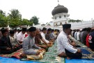 Muslims attend Friday prayers at Jami Quba mosque which collapsed during this week's earthquake in Pidie Jaya, Aceh province, Indonesia December 9, 2016. REUTERS/Darren Whiteside - RTSVC7W