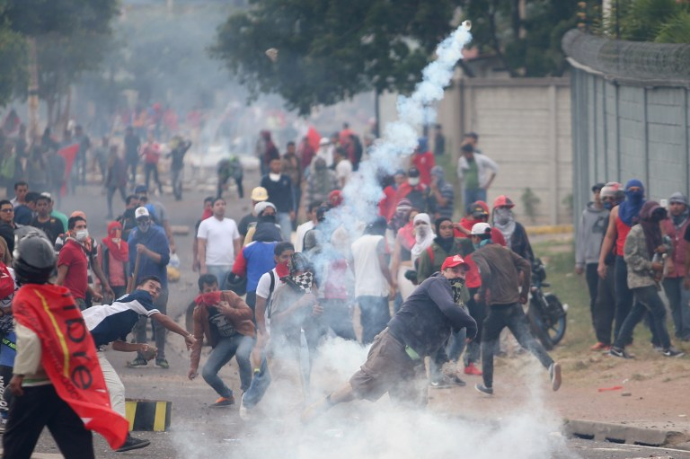 Supporters of Salvador Nasralla, presidential candidate for the Opposition Alliance Against the Dictatorship, clash with riot police as they wait for official presidential election results in Tegucigalpa, Honduras, November 30, 2017. REUTERS/Edgard Garrido - RC19C635FB60