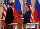 U.S. President Barack Obama ( L) and Russian President Dmitry Medvedev (R) exchange documents after signing the new Strategic Arms Reduction Treaty (START II) at Prague Castle in Prague, April 8, 2010.      REUTERS/Jason Reed      (CZECH REPUBLIC - Tags: POLITICS MILITARY) - GM1E6481MCS01