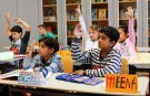 Children of a welcome class for immigrants from Syria, Poland and Romania attend a German lesson at the Katharina-Heinroth primary school in Berlin, Germany, September 11, 2015.  REUTERS/Fabrizio Bensch - LR2EB9B0UUVVF