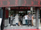 People change money at a currency exchange office in Istanbul, Turkey August 27, 2018. REUTERS/Osman Orsal - RC1CF523A260