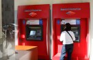 "A customer uses an automated teller machine at a Bank of America branch in Chicago May 7, 2009.  Lessons from government ""stress tests"" of the 19 largest U.S. banks could provide a guide to improvements in financial supervision and regulation, Federal Reserve Chairman Ben Bernanke said on Thursday. REUTERS/John Gress (UNITED STATES BUSINESS) - GM1E55801E301"