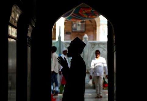 A man offers prayers inside the shrine of Sufi saint Khwaja Moinuddin Chishti during the holy month of Ramadan, in Ajmer, India June 8, 2017. REUTERS/Himanshu Sharma - RC1A46586140