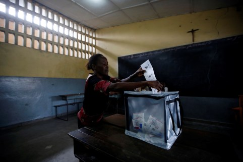 A voter casts her ballot at a polling station in Kinshasa, Democratic Republic of Congo, December 30, 2018. REUTERS/Baz Ratner - RC128227A4C0