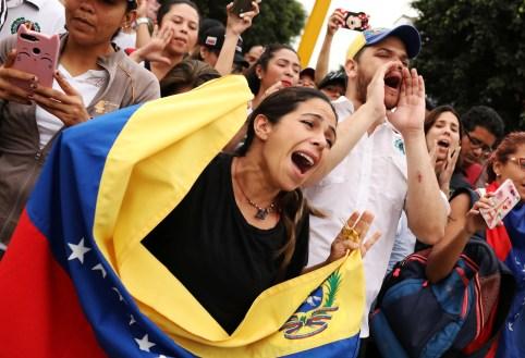 Venezuelan nationals living in Peru protest against Venezuelan President Nicolas Maduro's second term, outside the embassy of Venezuela in Lima, Peru  January 10, 2019.  REUTERS/Mariana Bazo - RC180EDCB3F0