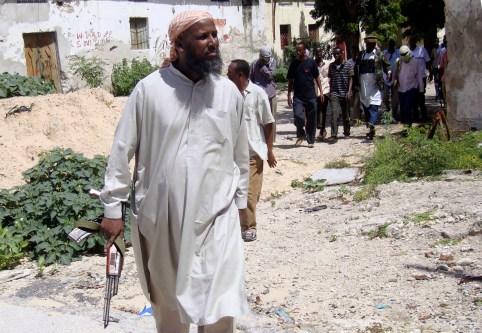 Sheikh Muktar Robow Abuu Mansuur, a senior official of the Al-Shabaab group, walks along the frontline, north of Mogadishu, June 29, 2010. REUTERS/Omar Faruk (SOMALIA - Tags: POLITICS CIVIL UNREST) - GM1E66T1U5E01