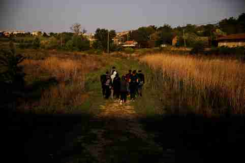 A group of Syrian refugees who crossed the Evros river, the natural border between Greece and Turkey, walks towards the city of Didymoteicho, Greece, April 30, 2018. Picture taken April 30, 2018. REUTERS/Alkis Konstantinidis - RC155DC7E740
