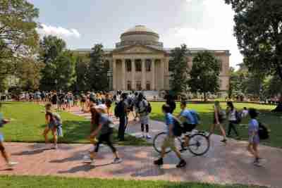 Des étudiants passent devant la bibliothèque Wilson sur le campus de l'Université de Caroline du Nord à Chapel Hill, Caroline du Nord, États-Unis, le 20 septembre 2018. Photo prise le 20 septembre 2018. REUTERS / Jonathan Drake - RC131D7A3900