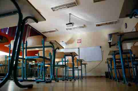 An empty classroom is seen during teachers' strike at a primary school in Warsaw, Poland April 8, 2019. REUTERS/Kacper Pempel - RC161453D540