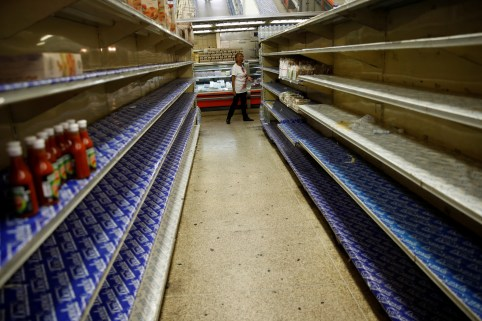 A woman looks at the almost empty shelves while she looks for groceries and goods in a supermarket in Caracas, Venezuela March 23, 2018. REUTERS/Carlos Garcia Rawlins - RC1D781C8360