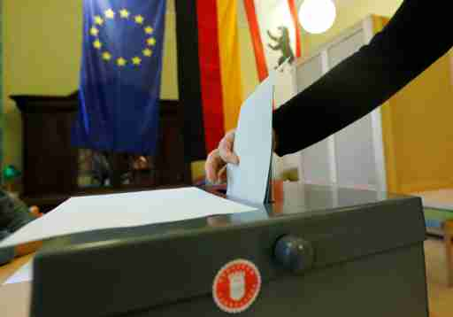 People cast their votes during Berlin state election, Germany, September 18, 2016. German Chancellor Angela Merkel's conservatives look set to suffer a second electoral blow in two weeks in a Berlin city vote on Sunday as voters are expected to express their unease with her refugee-friendly policy. REUTERS/Fabrizio Bensch - LR1EC9I0MBW00