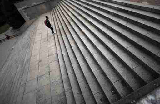 Students walk up steps in front of the University of Cape Town's Jameson Hall in Cape Town, South Africa, November 13, 2017. REUTERS/Mike Hutchings - RC1E46A9C840
