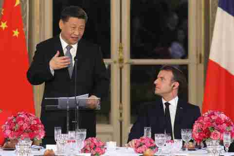 Chinese President Xi Jinping speaks next to French President Emmanuel Macron during a state dinner at the Elysee Palace in Paris, France March 25, 2019. Ludovic Marin/Pool via REUTERS - RC153544EA00