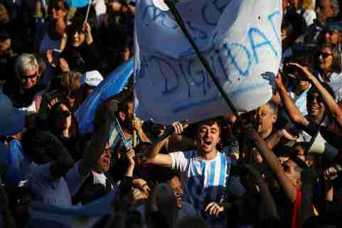Supporters of Argentina's President Mauricio Macri attend a campaign rally in Buenos Aires, Argentina, September 28, 2019. REUTERS/Agustin Marcarian - RC145B02DD50