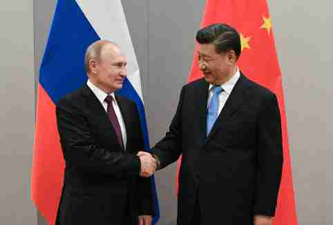 Russian President Vladimir Putin shakes hands with Chinese President Xi Jinping during their meeting on the sideline of the 11th edition of the BRICS Summit, in Brasilia, Brazil November 13, 2019.  Sputnik/Ramil Sitdikov/Kremlin via REUTERS ATTENTION EDITORS - THIS IMAGE WAS PROVIDED BY A THIRD PARTY. - RC2LAD9NM7N7