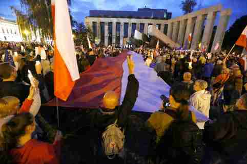 """People gather next to the Supreme Court during the """"Chain of the lights"""" candlelit protest against judicial reforms in Warsaw, Poland July 25, 2017. REUTERS/Kacper Pempel"""