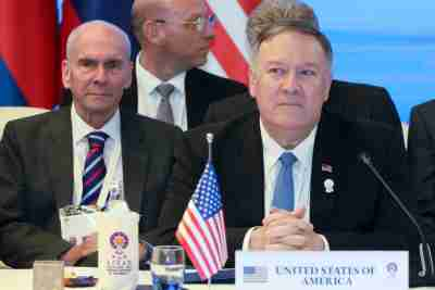L'ancien conseiller principal Michael McKinley est assis derrière le secrétaire d'État américain Mike Pompeo lors d'une réunion avec les ministres des Affaires étrangères du Cambodge, du Laos, de la Thaïlande et du Vietnam lors de la réunion des ministres des Affaires étrangères de l'ANASE à Bangkok, en Thaïlande, le 1er août 2019. Photo prise le 1er août 2019. REUTERS / Jonathan Ernst / Pool