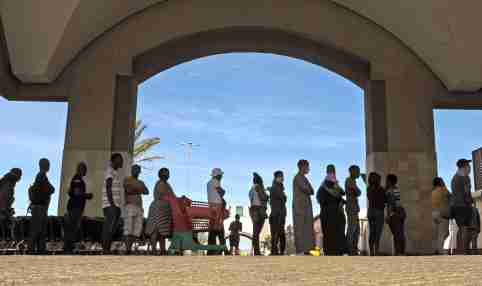 CAPE TOWN, SOUTH AFRICA.- In the photo taken on March 29, 2020, People queued in front of grocery stores across the Western Cape on the first day of the closure due to the Coronavirus outbreak. South Africa announced its first two deaths from coronavirus on Friday as the number of cases in the country exceeded 1,000, at the start of a three-week quarantine.