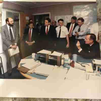 L'auteur informant le président George H.W. Bush en août 1990 dans le centre des opérations de la CIA Source: collection personnelle de l'auteur.