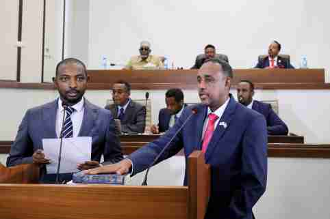 Somalia's Supreme Court Chairman Baashe Yusuf Ahmed swears in new prime minister Mohamed Hussein Roble in front of Somali parliament members in Mogadishu, Somalia September 23, 2020. REUTERS/Feisal Omar