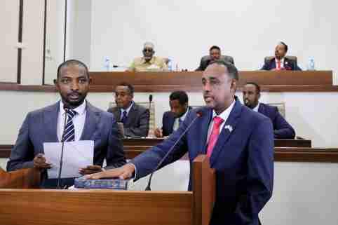 Somalia's Supreme Court Chairman Baashe Yusuf Ahmed swears in new prime minister Mohamed Hussein Roble in front of Somali parliament members in Mogadishu, Somalia September 23, 2020. REUTERS/Feisal Omar