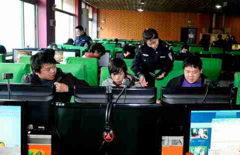 --FILE--Chinese policemen of the China Network Management of the Public Security check an Internet cafe in Beijing, China, 22 February 2012.China looks poised to launch another crackdown on its social networks after two newspapers carried editorials defending restrictions on the Internet.The articles coincided with complaints from internet users that its so-called Great Firewall had been upgraded and was now able to automatically detect and block virtual private networks, or VPNs. In Fridays (21 December 2012) Global Times quoted officials saying foreign-run VPNs were illegal defended restrictions on the Internet in an editorial headlined. No Use China. No Use France.