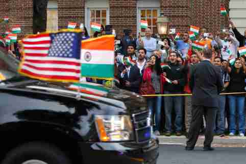 A crowd cheers as the motorcade carrying India's Prime Minister Narendra Modi arrives for him to pay homage at the Mahatma Gandhi Statue in front of the Indian Embassy in Washington September 30, 2014. U.S. President Barack Obama and Modi vowed on Monday to expand and deepen their countries' strategic partnership and make it a model for the rest of the world. REUTERS/Jonathan Ernst  (UNITED STATES - Tags: POLITICS)