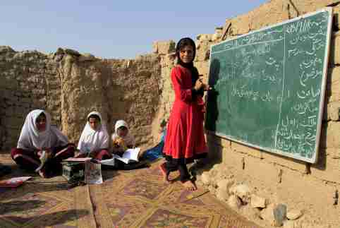 Afghan girls study at an open area, founded by Bangladesh Rural Advancement Committee (BRAC), outside Jalalabad city, Afghanistan September 16, 2015.  REUTERS/Parwiz