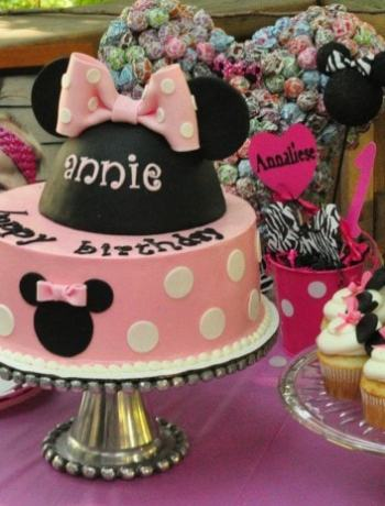 A Minnie Mouse First Birthday Party theme is perfect for your baby girl or baby boy. Fun for the Minnie Mouse loving family who loves to plan a party Disney style! Check out these party planning ideas.