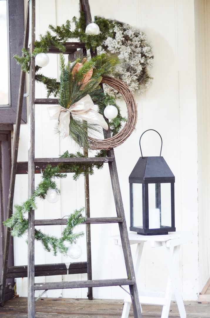 These front porch Christmas decorating ideas will inspire you to decorate your own front porch Christmas display. A rustic and farmhouse style Christmas.