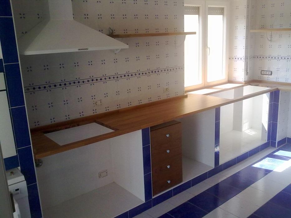 Top per cucina in muratura con mensole e cassettiere - Top cucina su misura ...