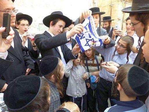 Israelis burn flag 512